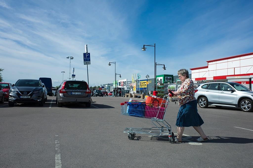 Idosa em estacionamento de supermercado