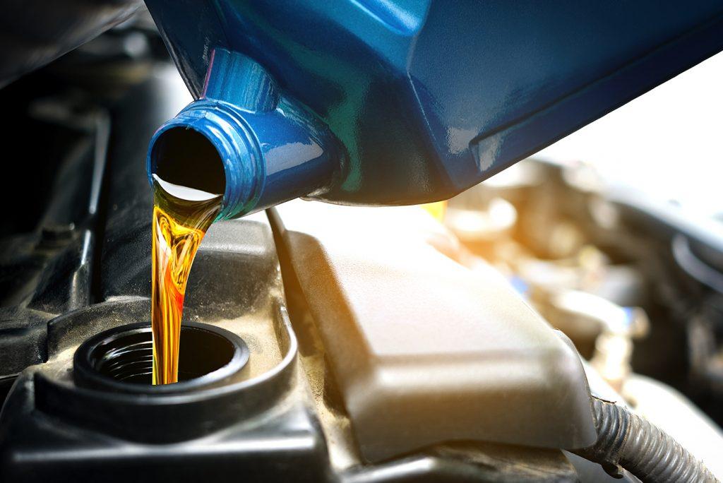 Colocando óleo no motor