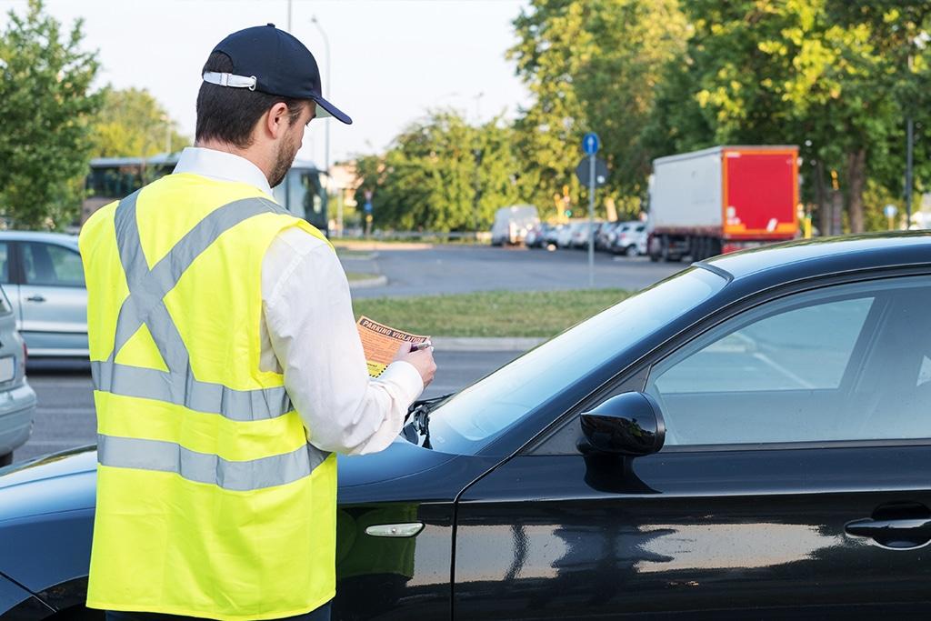 Guarda de trânsito aplicando multa