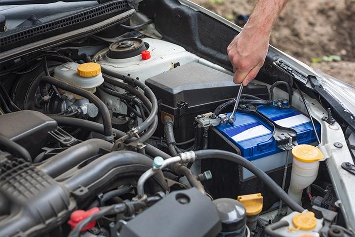 Mecânico analisando motor