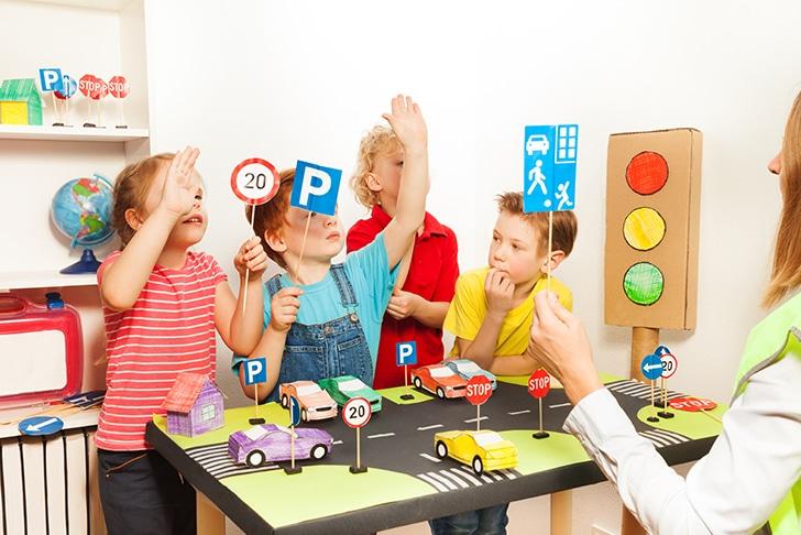Crianças aprendendo sobre placas de trânsito