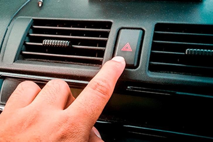 Botão de pisca-alerta no veículo