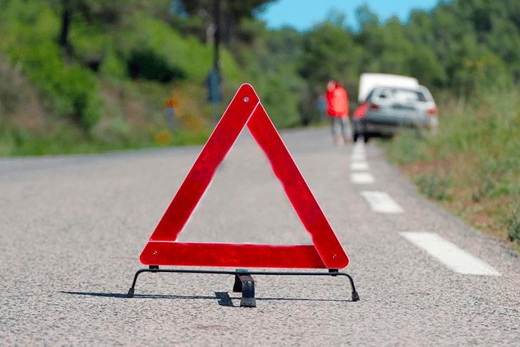 O triângulo de segurança sinaliza problemas com veículo na via