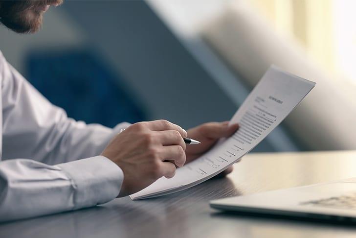 Pessoa analisando contrato