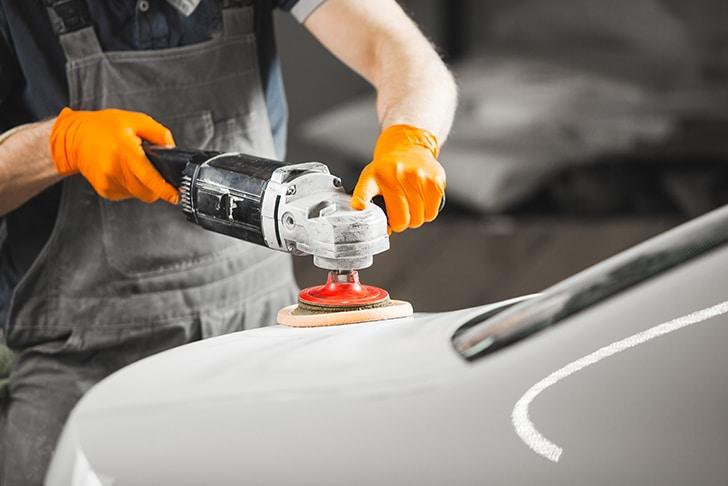 Mecânico trabalhando com pintura automotiva